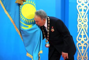 Nazarbaev tseluet flag 623x440