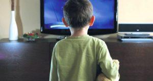 rebenok-pered-televizorom-2481-640x480